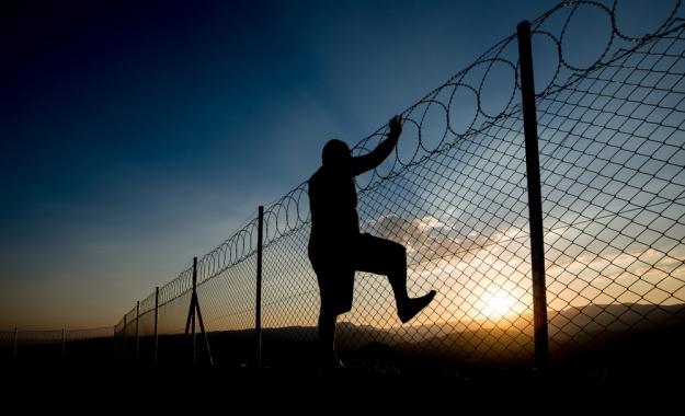 «Μπλοκάρουν» στα σύνορα χιλιάδες Έλληνες που θέλουν να φύγουν στο εξωτερικό