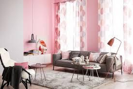 sala en gris y rosa