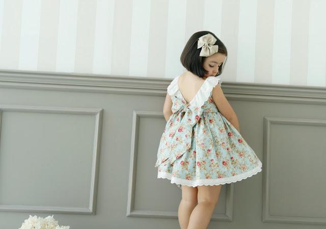 Vestido de niña con espalda en V