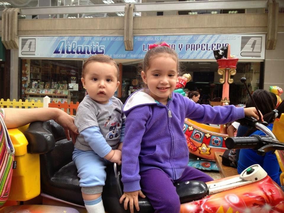 HIja e hijo en moto en el parque