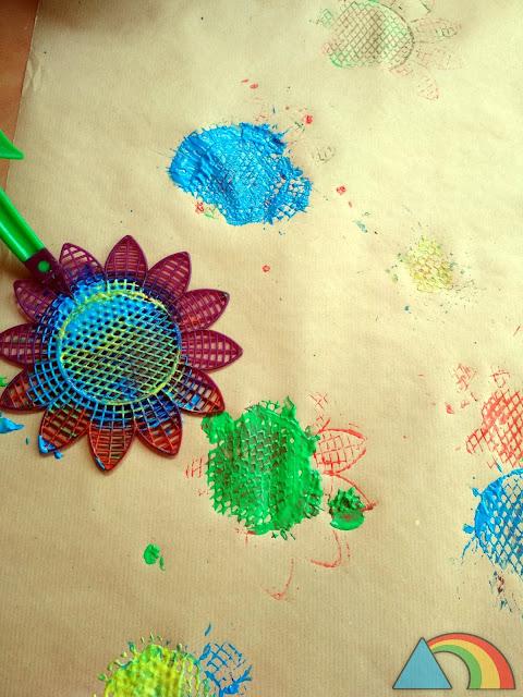 Pintando con un matamoscas sobre papel