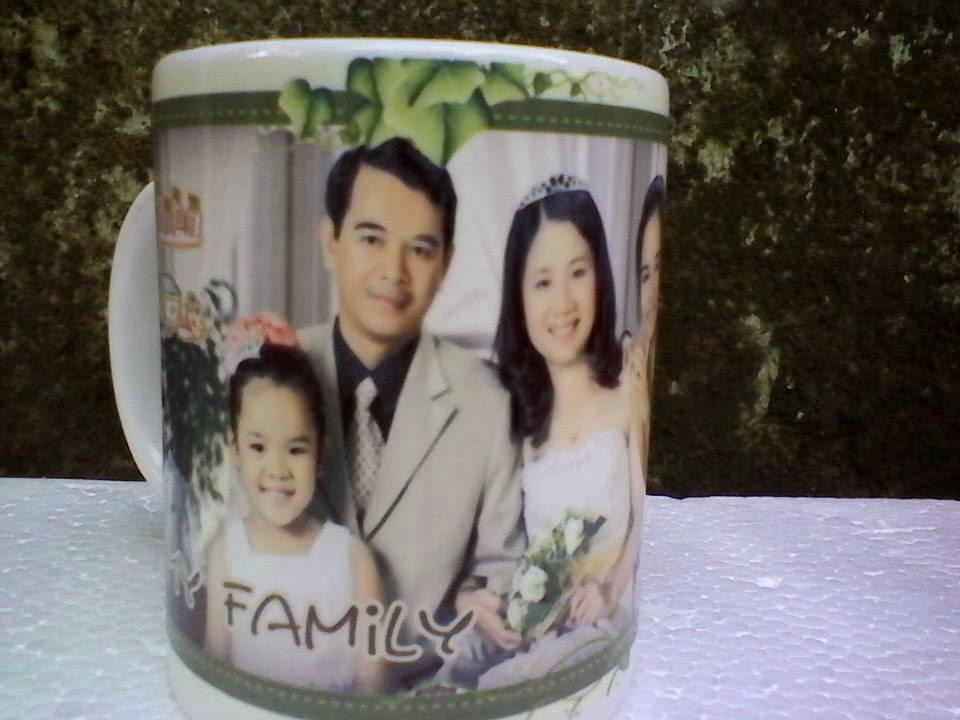 ly sứ in hình gia đình