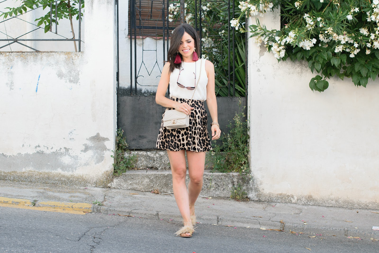 look de ponteunostacones con shorts animal print