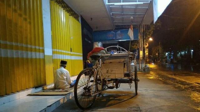 Meski Harus Tidur Di Emperan Toko, Tukang Becak Ini Tetap Tunaikan Shalat Lima Waktu