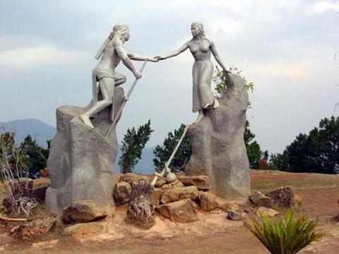 Tượng chàng K'Lang và nàng HơBiang
