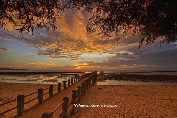 sunset di pantai temajuk perbatasan indonesia