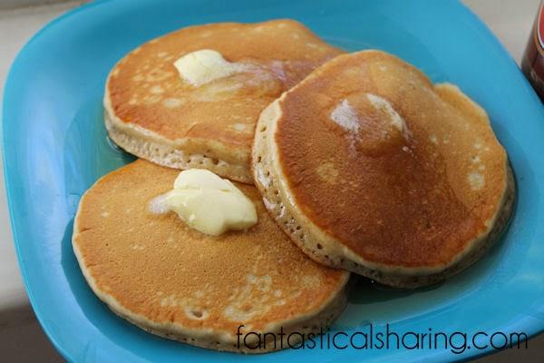 Root Beer Pancakes | Sweet, fluffy pancakes that taste like a root beer float in breakfast form.