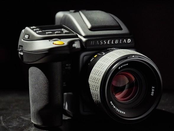 Kamera termahal di dunia diproduksi oleh Victor Hasselblad AB dengan type H6D - 100C. Kamera ini dibandrol dengan kisaran harga $33.000 USD atau setara Rp 429 Juta.