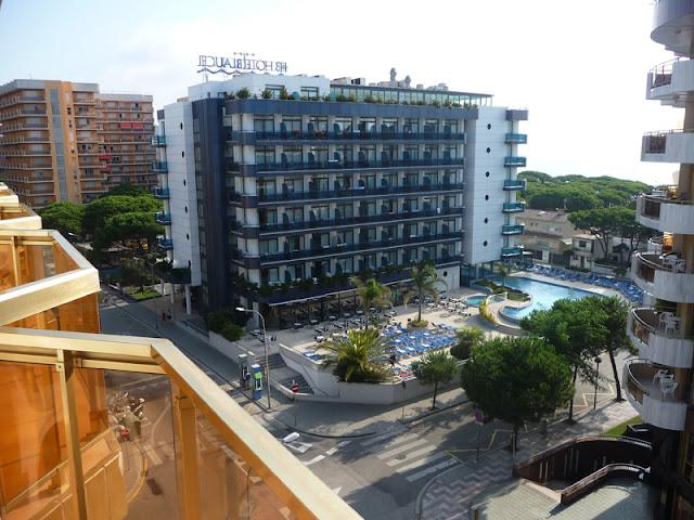С балкона отеля «Беверли Парк» вБланесе (Испания)виден отель «Блаумар»и Средиземное море — зазелеными кронами пиний