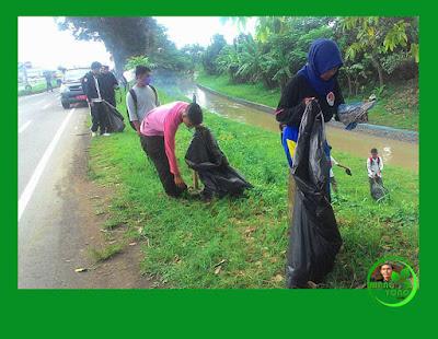 Aksi MASSAL Hari Bumi (Earth Day) pungut sampah.