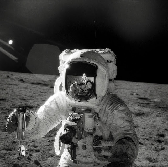 Astronauta Alan Bean con una fotocamera Hasselblad 500EL. Missione Apollo 12