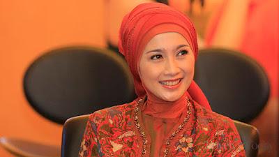 Inpirasi Hijab Idul Fitri Desi Ratnasari