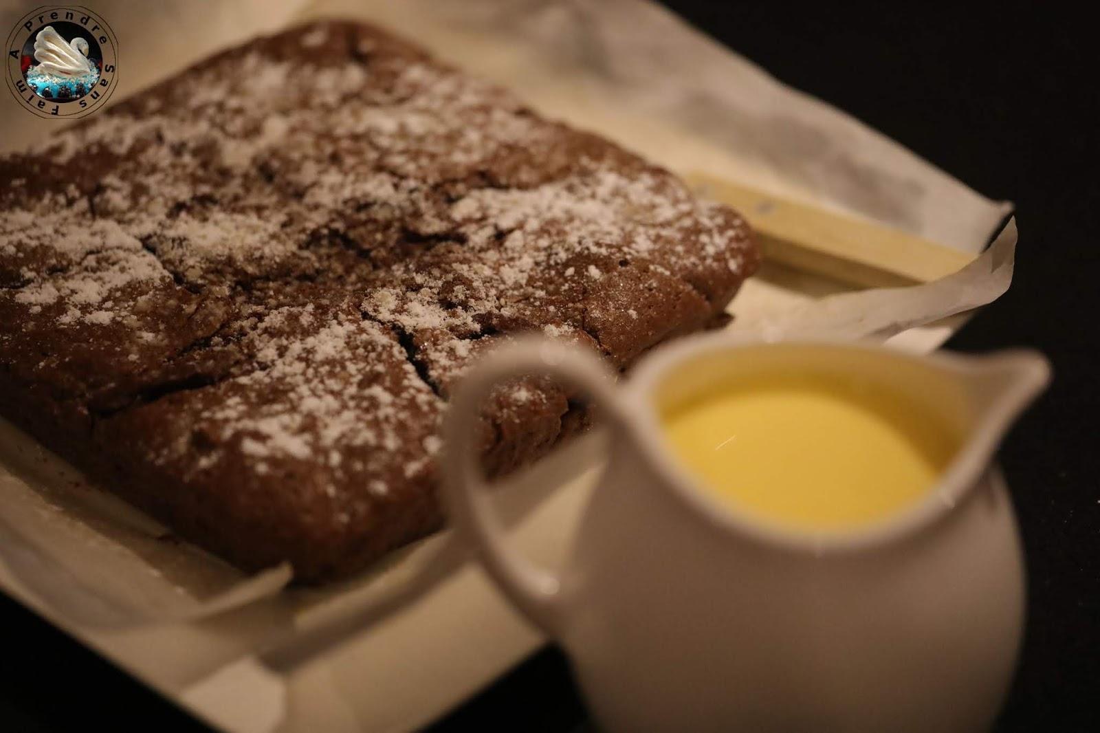 Brownie aux noix et à la crème anglaise