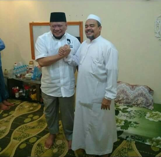 La Nyalla Mahmud Mattalitti bertemu Habib Rizieq di Mekkah.