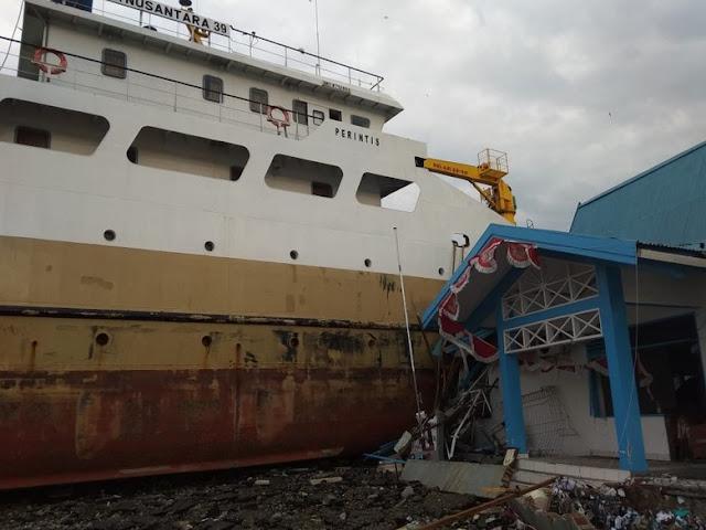 Pasca Tsunami Palu, Kapal Laut Hantam Bangunan di Daratan
