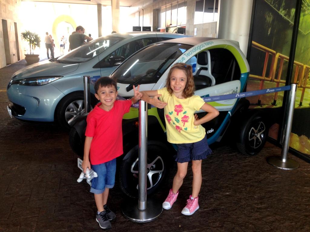 carros elétricos na entrada do Complexo de Itaipu