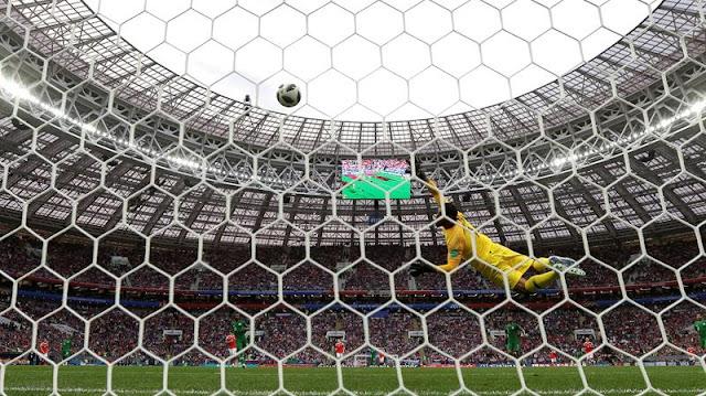 Foto mostra onde entrou a bola no segundo golaço de Cheryshev - Créditos: EFE/Alberto Estévez