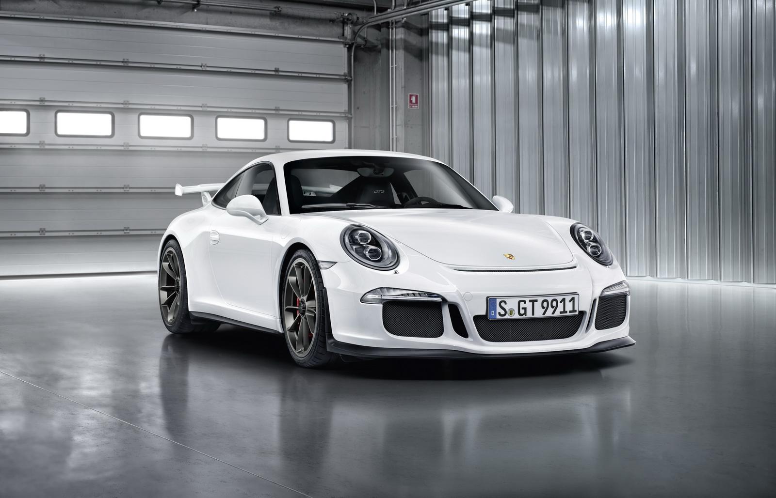 Với dòng xe mang nhiều giá trị cổ điển như Porsche 911 GT3, thì số sàn là lựa chọn hợp lý