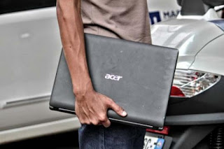 Jangan mengangkat laptopmu saat sedang menyala