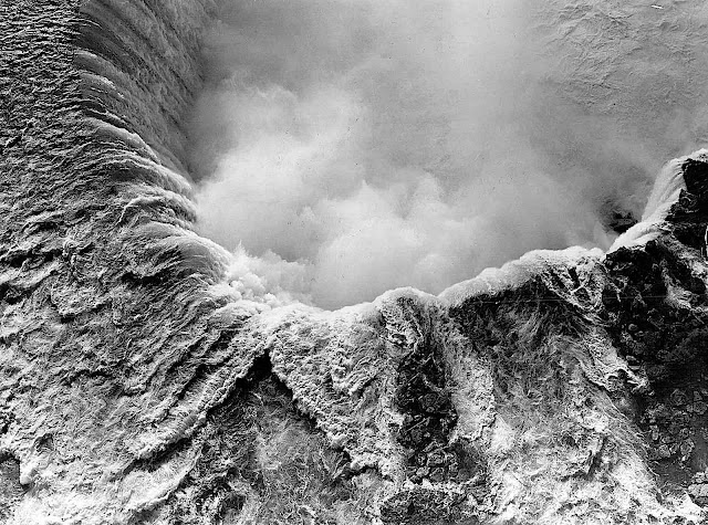 a 1938 photograph of Niagara Falls from above