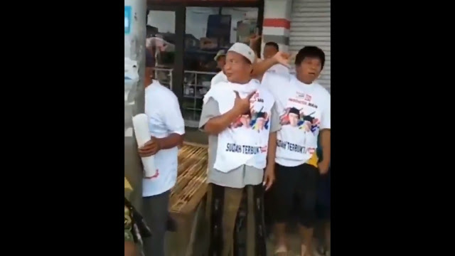 Dibagiin Kaos 01, Warga Madura Malah Pose 2 Jari karena #RakyatInginPrabowoPresiden