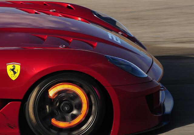 Đĩa phanh trên chiếc Ferrari đang bốc nhiệt