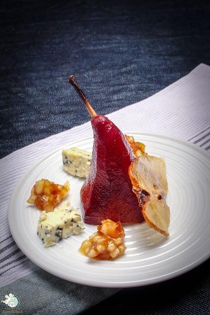 Blauschimmelkäse mit Portweinbirne, Chutney und kandierter Birne