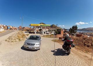 Antes de sair de Copacabana / Bolívia, parada para abastecer.