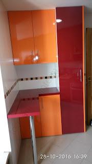 Muebles de cocina auxiliares con las puertas de colores.