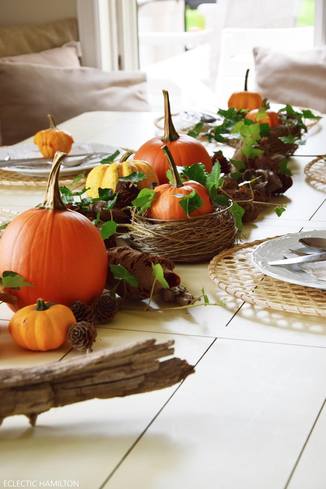 Dekoideen mit Kürbis für den Herbst. Kürbisse natürlich dekorieren. Tischdeko, Tisch dekorieren Herbstdeko, herbstliche Deko, herbstliche Tischdeko