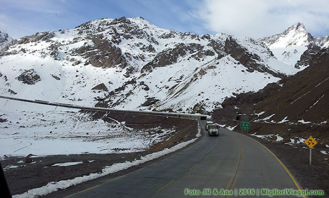Neve na estrada nos Andes entre Argentina e Chile