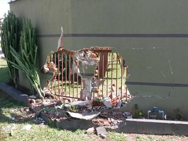 Motorista com sinais de embriaguez bate caminhonete em muro de casa