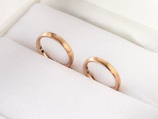セミオーダーマリッジリング(結婚指輪)にはこだわりの石をあしらって頂けました。