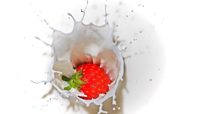 Wallpaper: Strawberry splash in milk