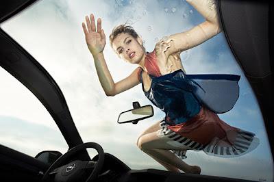 Chica sexy y a la moda limpiando auto