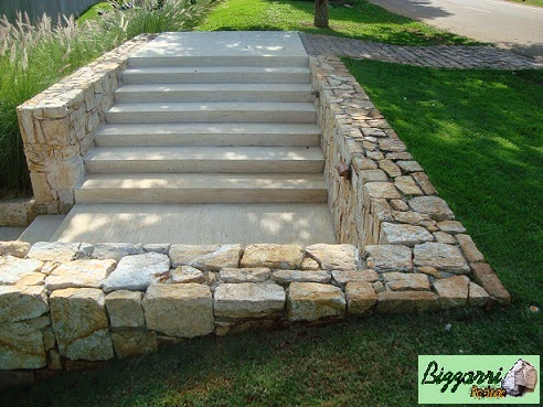 Muro de pedra madeira com a execução da escada de pedra. Entre uma escada de pedra e outra executamos vários patamares com o piso de pedra.
