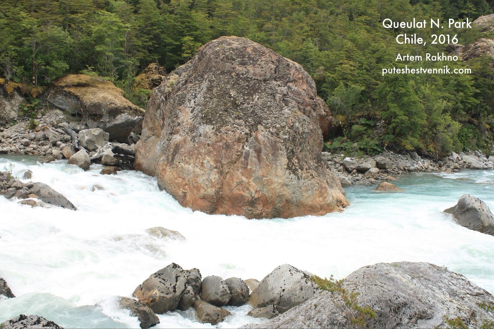 Горная река и большой камень