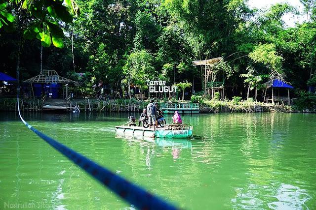 Getek penyeberangan di Kali Opak, tepatnya di Taman Glugut Bantul