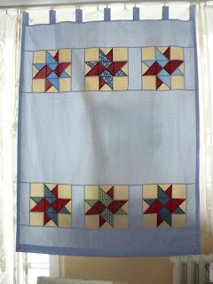 http://szycieuli.blogspot.co.uk/2013/04/tutorial-jak-uszyc-patchworkowe-zasony.html