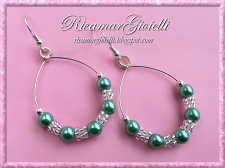 Orecchini a forma di goccia decorati con perle e rocailles lavorate a peyote