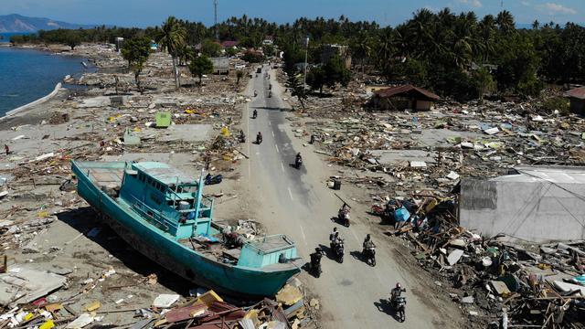 Indonesia tengah berduka. Palu dan Donggala diguncang gempa yang kemudian disusul oleh tsunami dengan ketinggian 1,5 sampai 2 meter. Tsunami menerjang Pantai Talise Kota Palu dan pantai di Donggala. Berikut merupakan kronologis kejadian gempa Palu dan Donggala, serta tsunami yang diakibatkan oleh gempa tersebut.