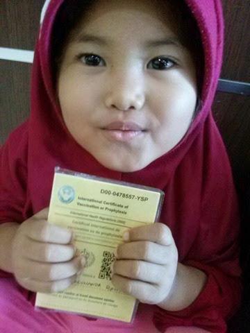 Anak kecil pegang buku kuning suntik meningitis