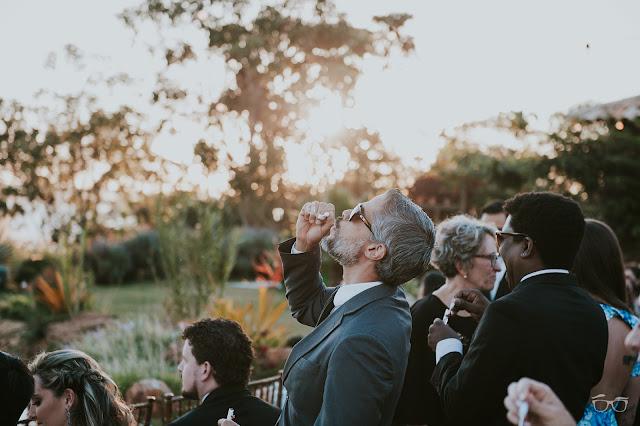 casamento real, casamento a céu aberto, casamento no jardim, casamento no campo, passarela de espelho, flores do campo, cerimônia, decoração de cerimônia, varal de lâmpadas, relicário, buquê da noiva, bouquet, vestido de noiva, vestido de renda, villa giardini, noivos no altar, véu e grinalda, hora dos votos, decoração rústica, casamento rústico, bola de sabão