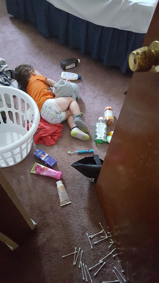 15+ Hilarious Pics That Prove Kids Can Sleep Anywhere - Getting Into Mommy's Stuff, But Too Bad Ass To Worry About Getting Caught