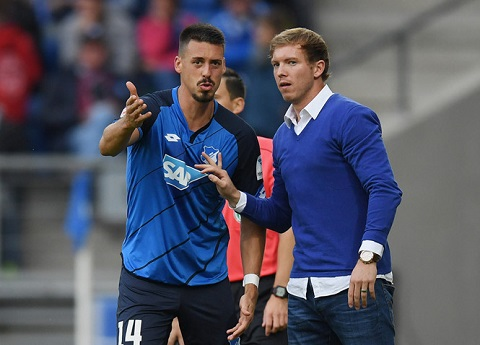 HLV trẻ tuổi Julian Nagelsmann đang hướng dẫn cầu thủ