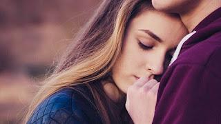 Pareja abrazándose con dependencia emocional