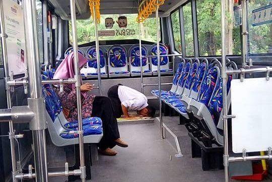Tak Ingin Lalaikan Ibadah, Sopir Trans Metro Pekanbaru Ini Laksanakan Shalat Di Dalam Bus