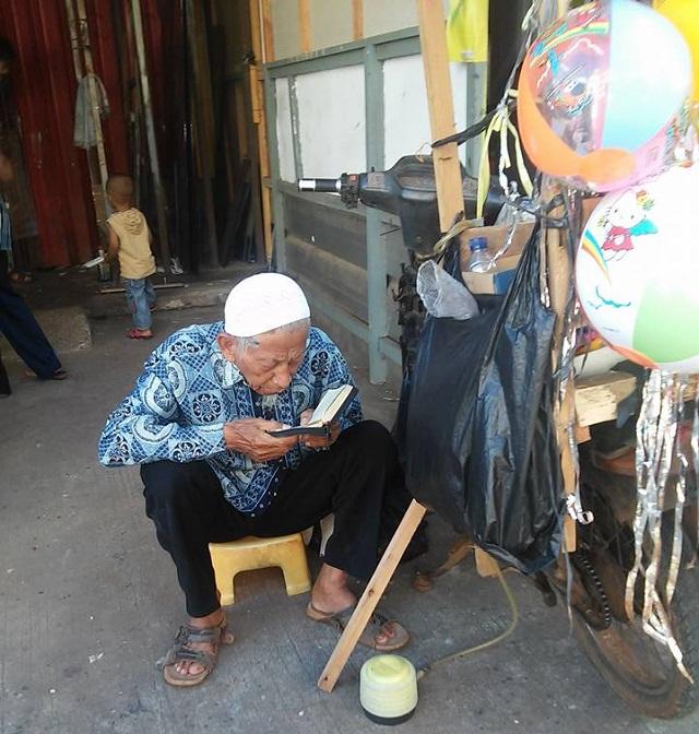 Kakek ini tilawah 1 juz per hari sambil jualan balon