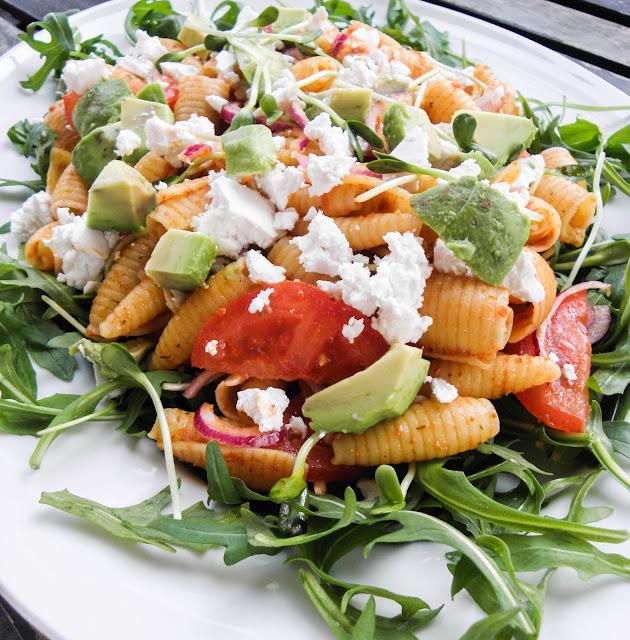 sallad, pastasallad, rucculasallad, solrosskott, solrosgroddar, feta, fetaost, pesto, pasta, avokado, kall, sås, dressing, vitlök, vitlökssås, vitlöksdressing, vegetarisk, vegetariskt, grönsaker