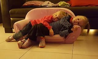 jumeaux-jumelles-câlins-télévision-dessins animés-conseils